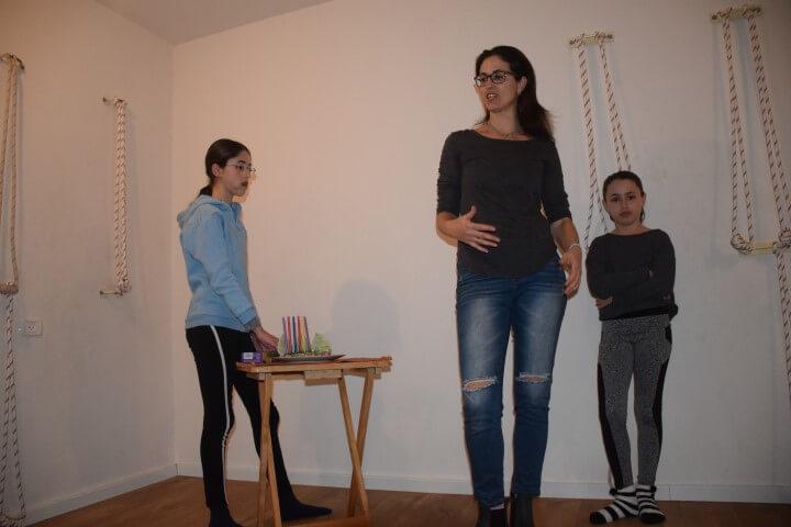 מסיבת חנוכה בסטודיו איינגאר יוגה קריית אונו של יעל פרייס-שמשי